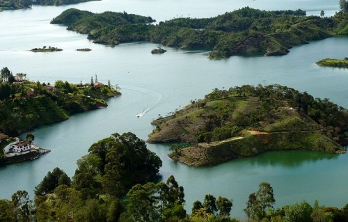 Lien vers article travelplgin : Guatapé en Colombie