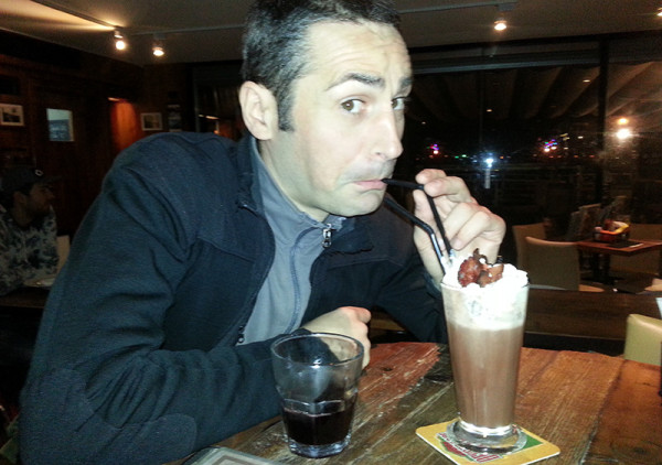 Tony Founs en train de boire un cocktail au chocolat